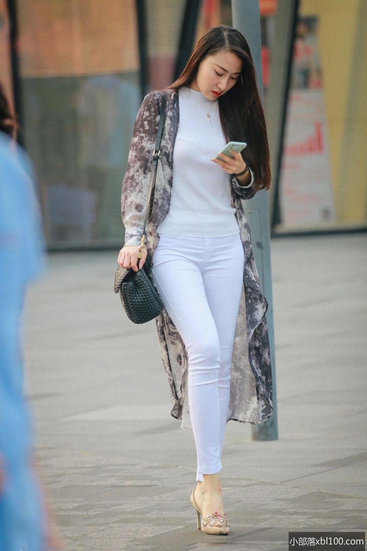 紧身白裤美女图_穿白色紧身裤的圆脸大长腿美女   小部落